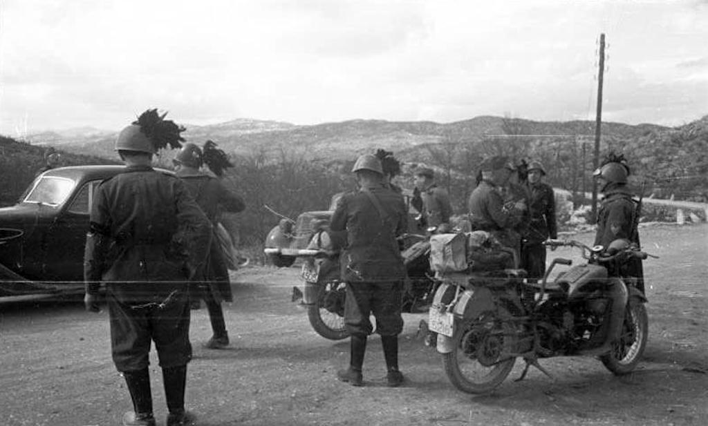 Italian Bersaglieri and German soldiers during the invasion of Yugoslavia in 1941. Image: Bundesarchiv, B 145 Bild-F016230-0009 / CC-BY-SA 3.0