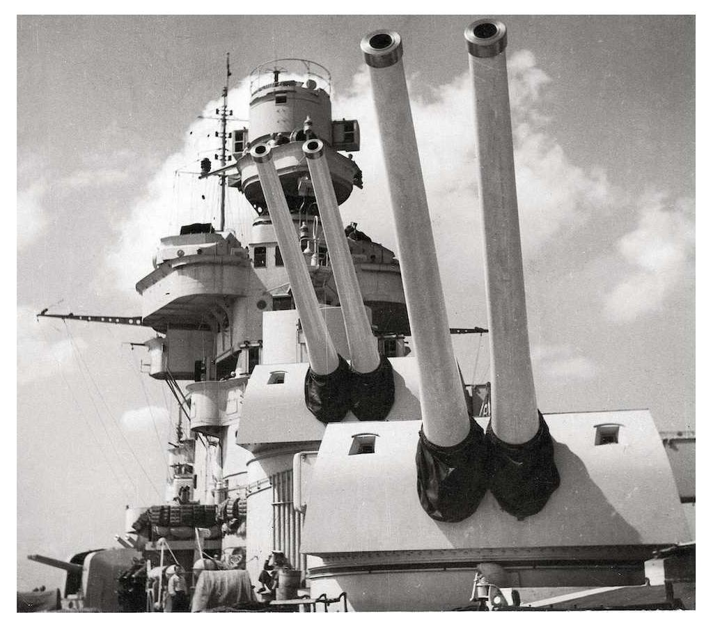 Forward turrets of the cruiser Pola.