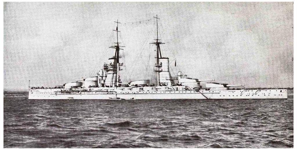 The original design of the Conte di Cavour class had a gun battery between the superstructure.