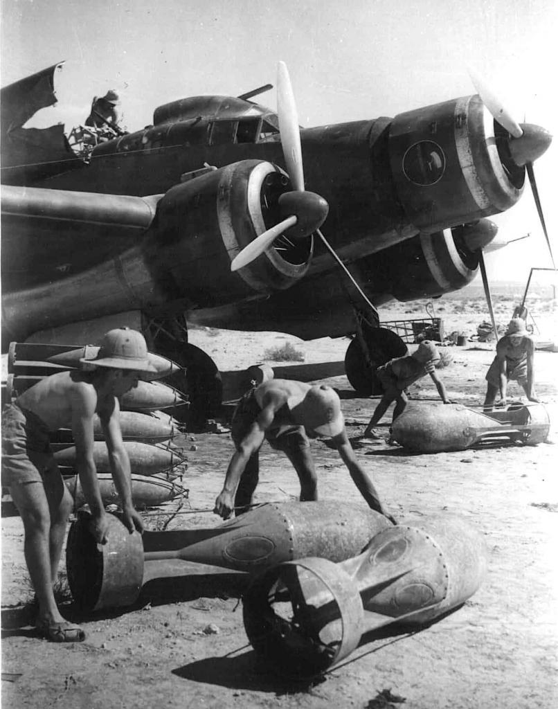 Loading bombs on the Sparviero in North Africa, 02 August 1940. Archivio Centrale dello Stato.