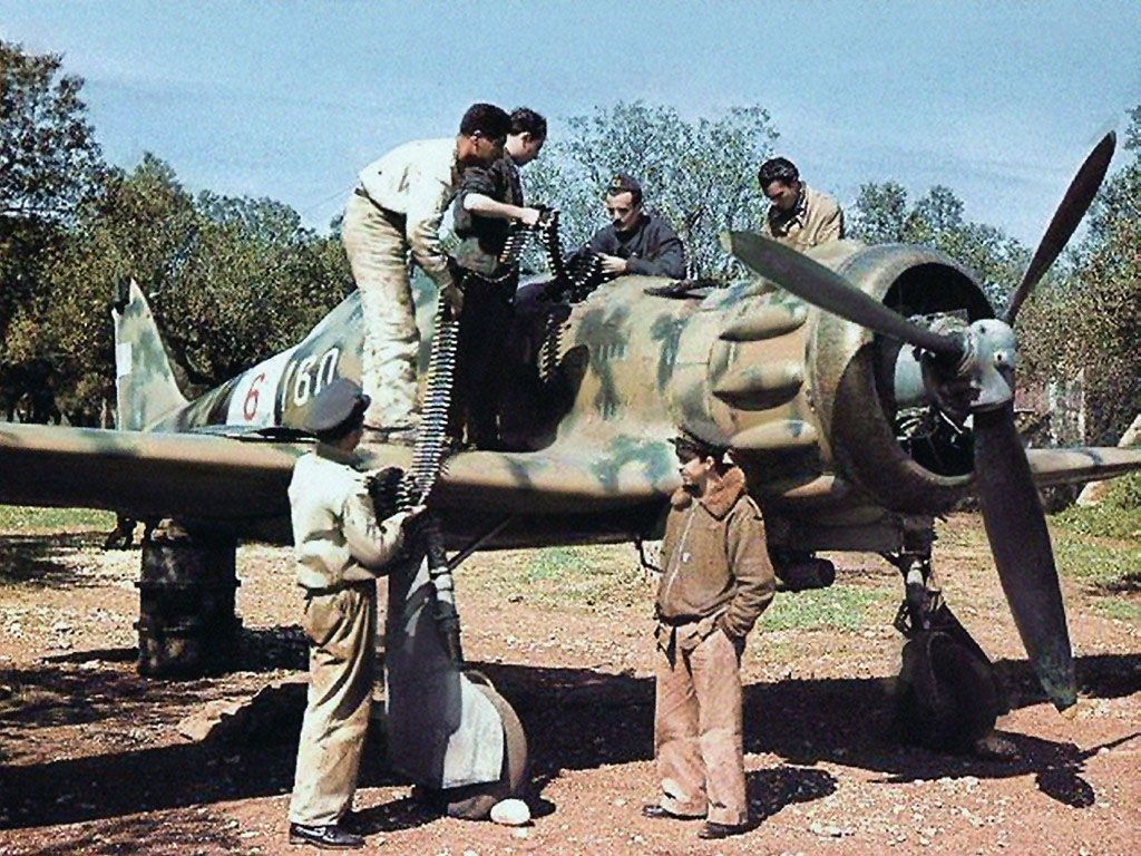 Ground crew adding ammunition to the C.200 Saetta.